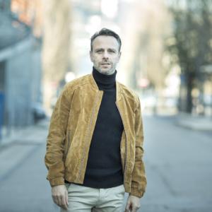 portrait d'un homme dans le quartier de confluence à Lyon avec montre Hugo boss
